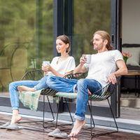 zwei Kinder vor einem Haus